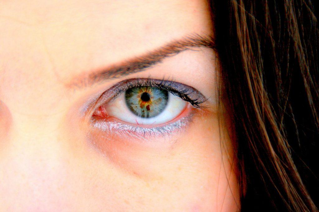 Trucco rosa e grigio per occhi verdi e azzurri